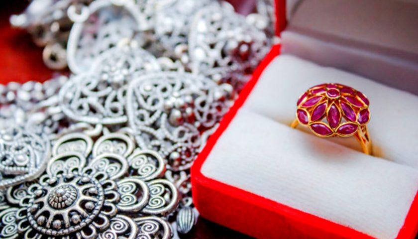 Dishis Designer Jewellery Online Store buy Panndu Kundan Gold Earrings Jewellery latest Design